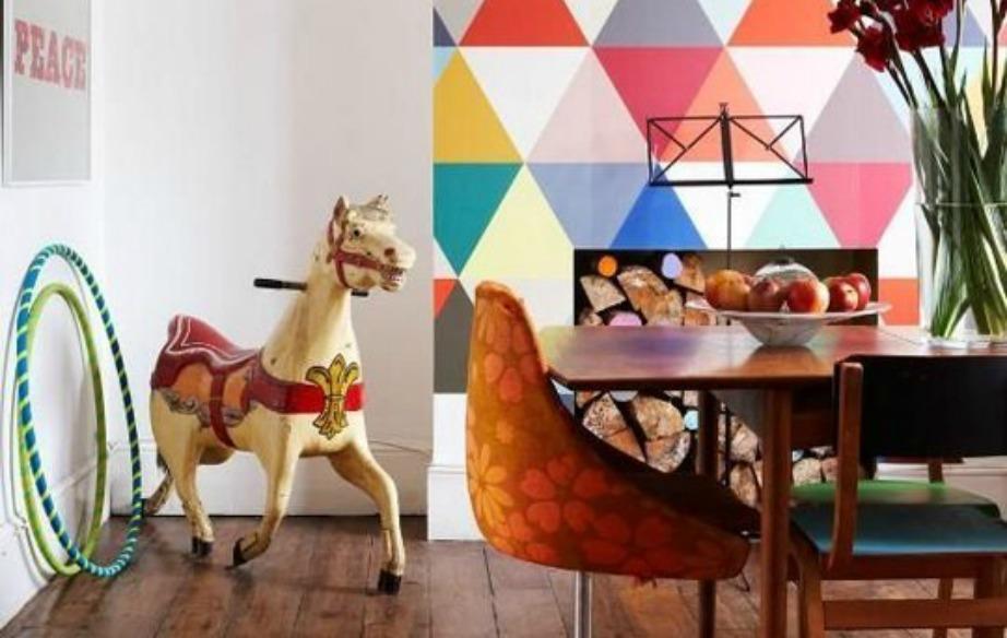 Μια πολύχρωμη ταπετσαρία γύρω από το τζάκι σας, θα δώσει στιλ στο σαλόνι σας