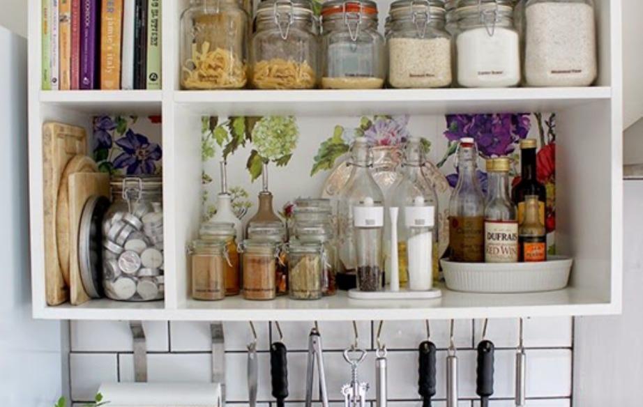 ΜΙα ωραία ιδέα είναι να βάλετε ταπετσαρία στο εσωτερικό των ντουλαπιών σας