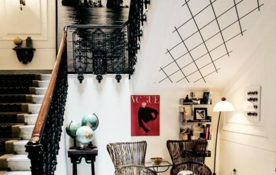 Αν το σπίτι σας έχει εσωτερική σκάλα, διακοσμήστε την με ένα διακριτικό σχέδιο ταπετσαρίας
