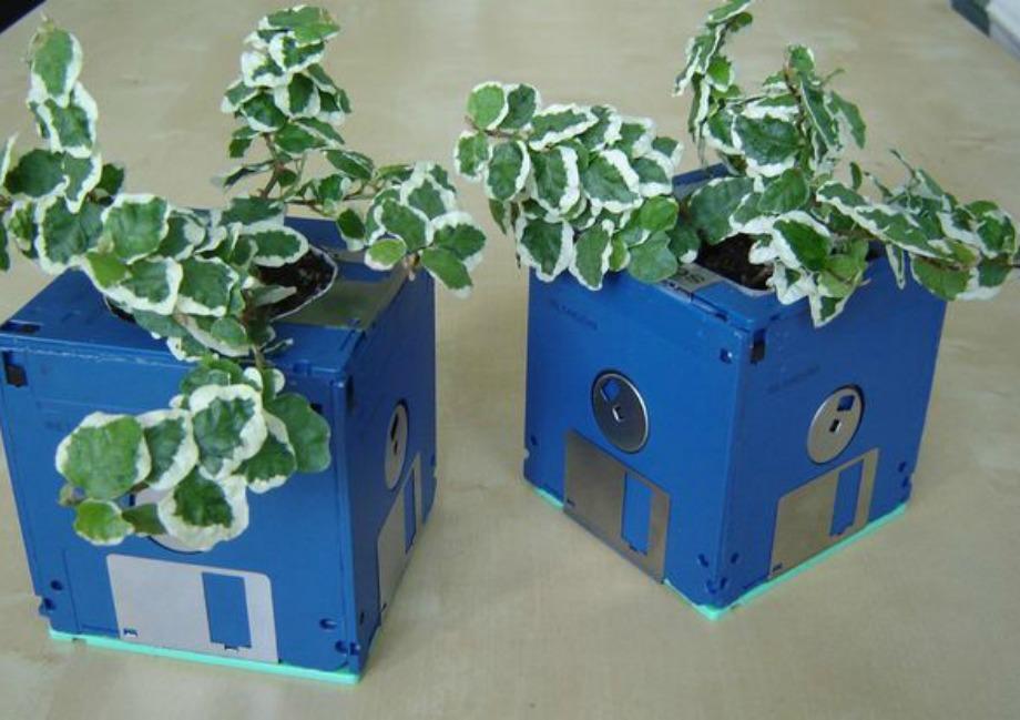 Χρησιμοποιώντας παλιές δισκέτες φτιάξτε διακοσμητικά γλαστράκια για τον κήπο σας