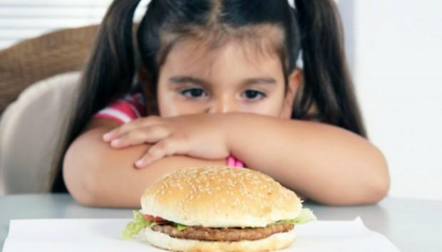 Πώς μπορώ να μιλήσω στο παιδί μου για το αυξημένο βάρος του;