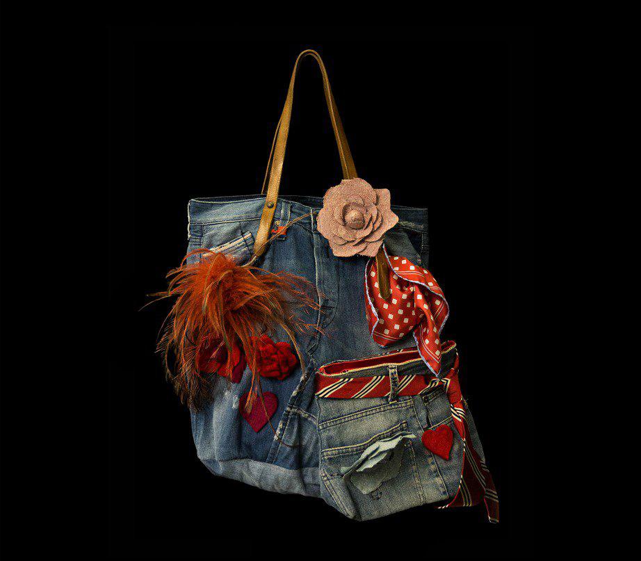Το τζιν αποτελεί το βασικό στοιχείο της τσάντας της νεανικής τσάντας Σοφίας Βαχάρη.