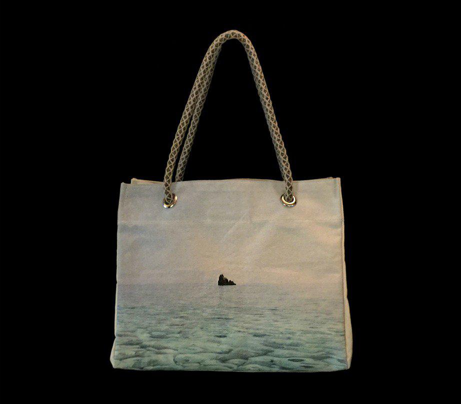 Η Μαρίνα Βερνίκου απεικόνισε μια θάλασσα πάνω στη δική της τσάντα.