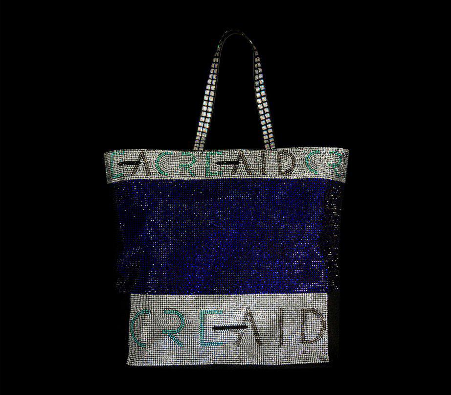 Ο Βρεττός Βρεττάκος δημιούργησε μια τσάντα γεμάτη λάμψη.