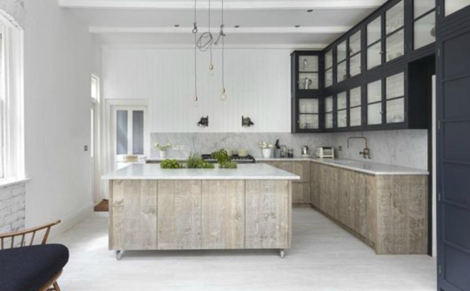 Ο συνδυασμός μαρμάρου και ξύλου δίνει σοφιστικέ τόνο σε όλη την κουζίνα
