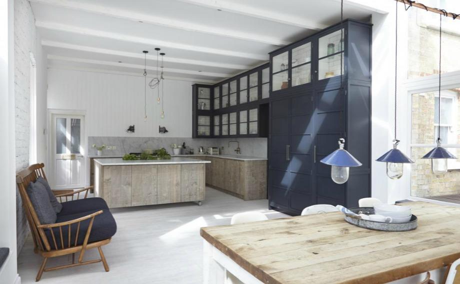 Οι λάμπες καλό να είναι όσο το δυνατόν πιο απλές σε μια κουζίνα με ψηλά ντουλάπια