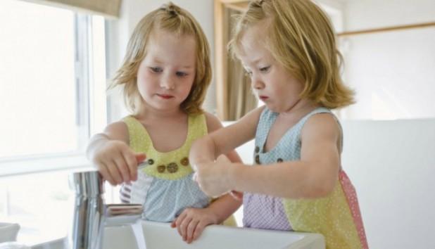 8 tips για να πείσετε τα παιδιά να πλύνουν τα χέρια τους