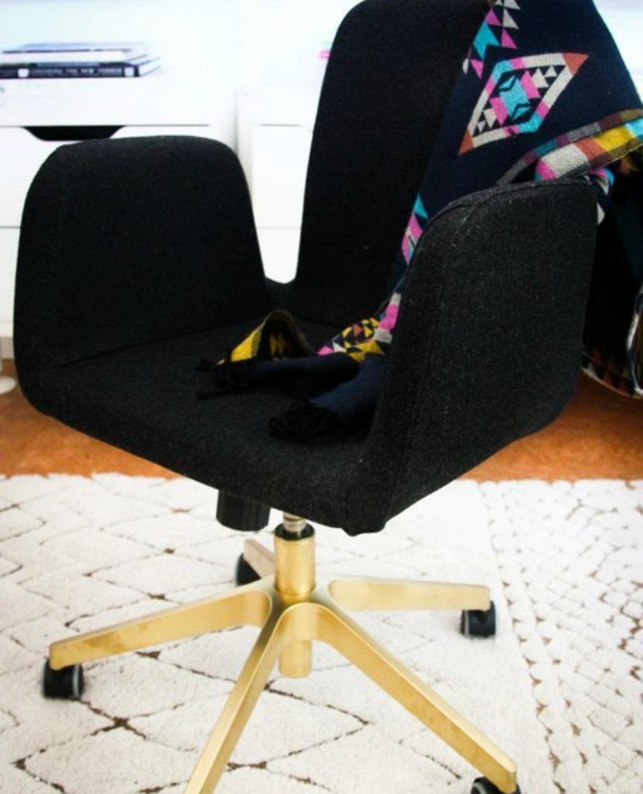 Βάψτε τα πόδια της καρέκλας του γραφείου σας με χρυσό σπρέι