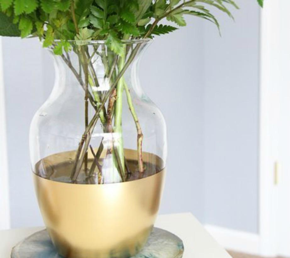 Βάψτε ένα μέρος του γυάλινου βάζου σας χρυσό