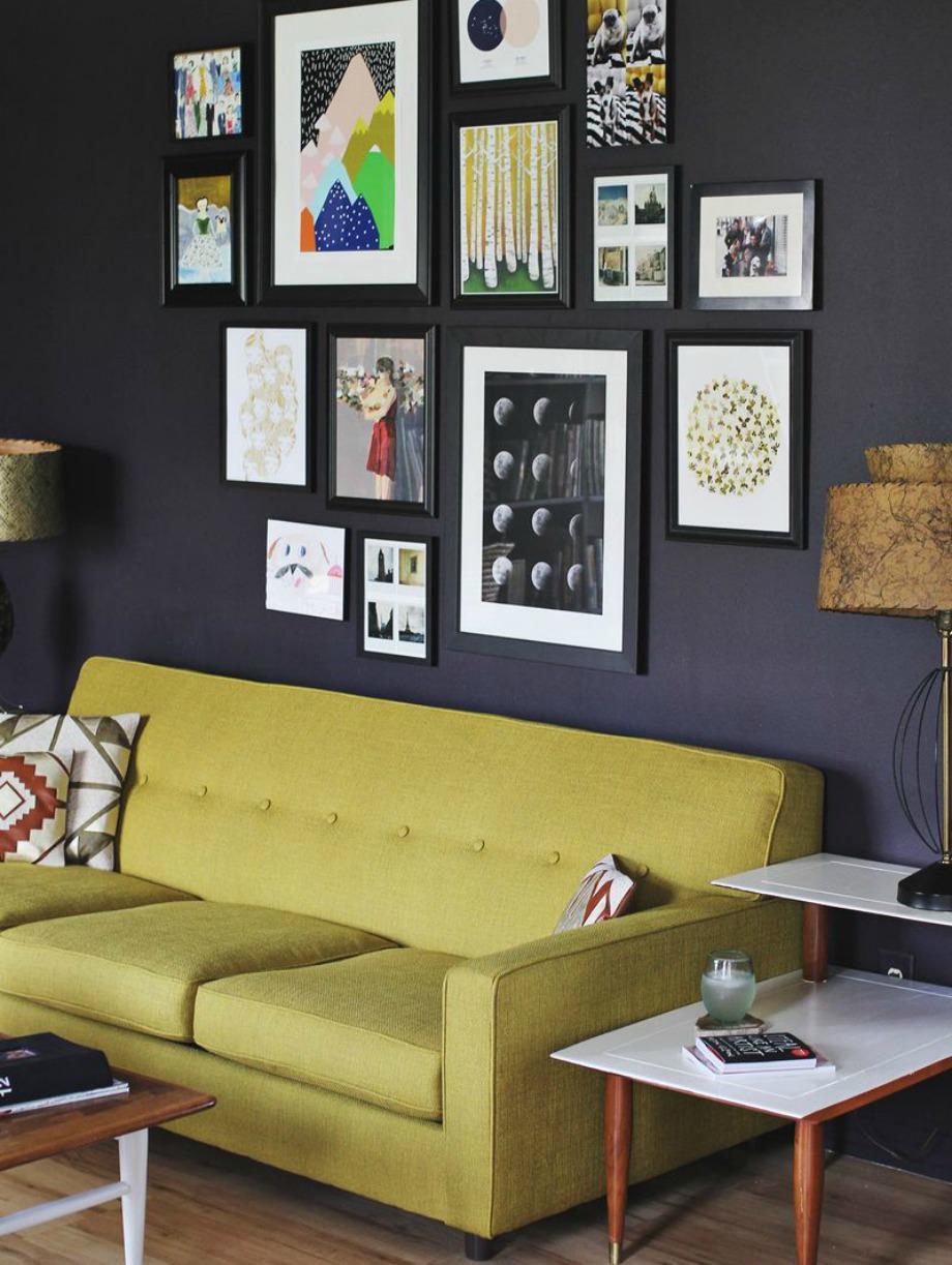 Μια gallery τοίχου είναι ένας εύκολος τρόπος για να κάνετε ένα σπίτι να μη δείχνει τόσο εργένικο. Με την προυπόθεση βέβαια, η gallery να έχει κοινές φωτογραφίες με το αμόρε σας.