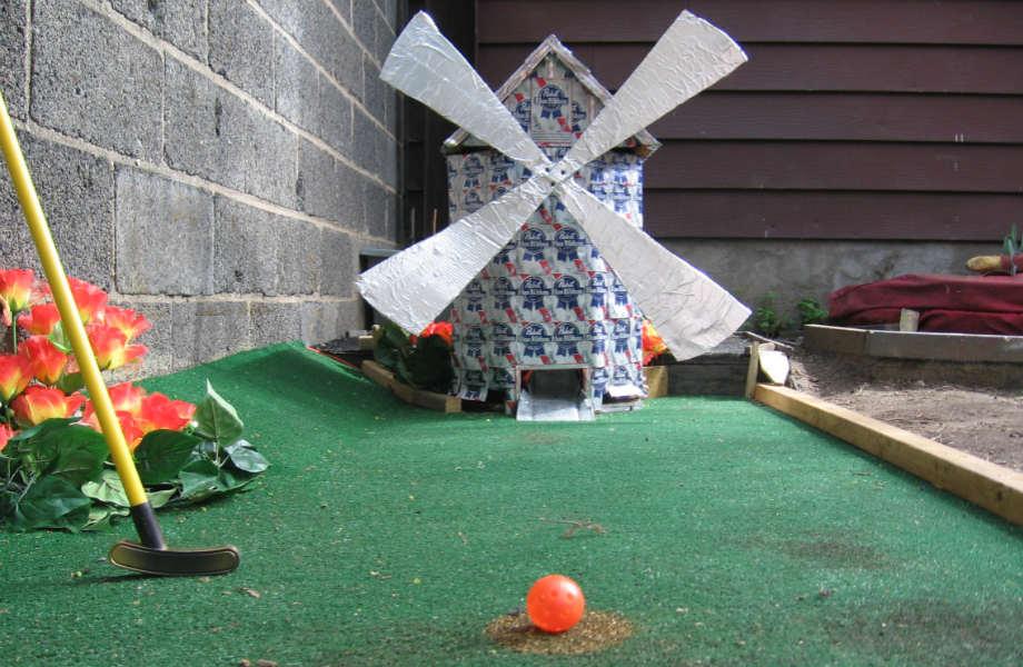 Ο ανεμόμυλος, που συμπληρώνει ιδανικά το ρομαντικό σκηνικό κάθε σωστού γηπέδου μίνι-γκολφ, δεν κρίνεται προαιρετικός.