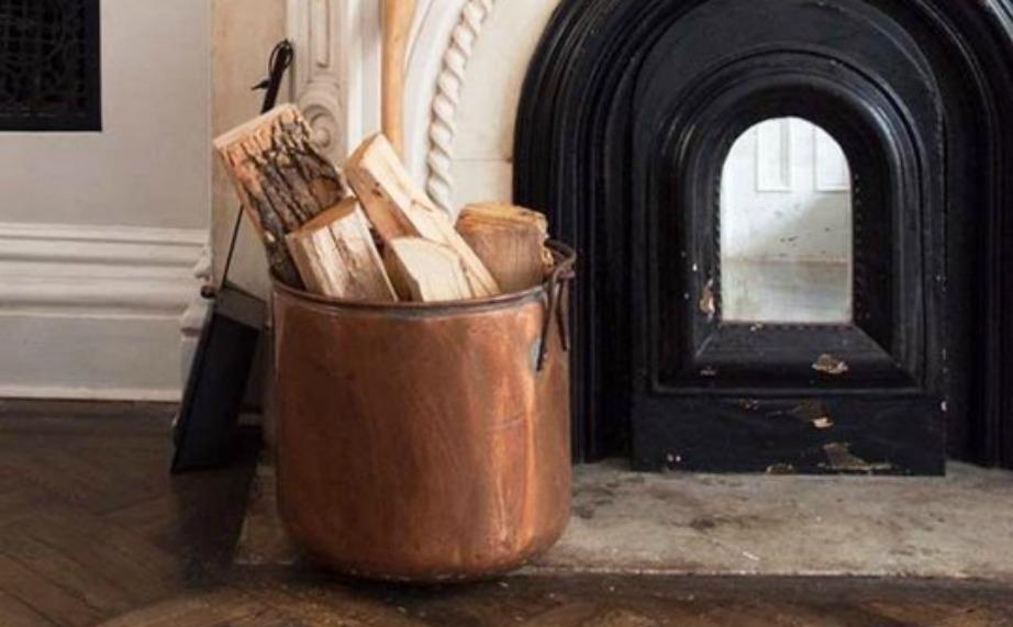 Βάλτε σε έναν παλιό ασημένιο κουβά τα ξύλα δίπλα στο τζάκι