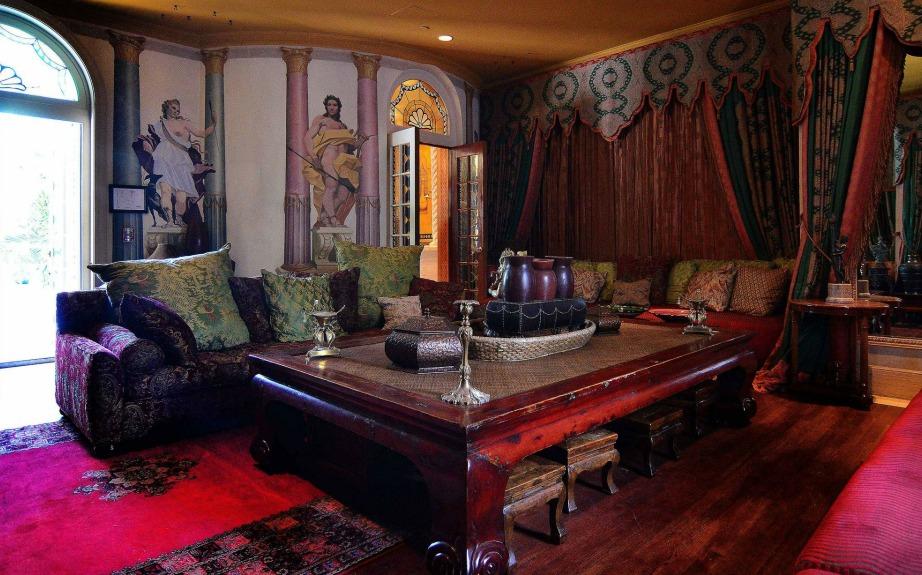 Η διακόσμηση του σπιτιού έχει μπαρόκ στιλ και έμπνευση από το Μαρόκο