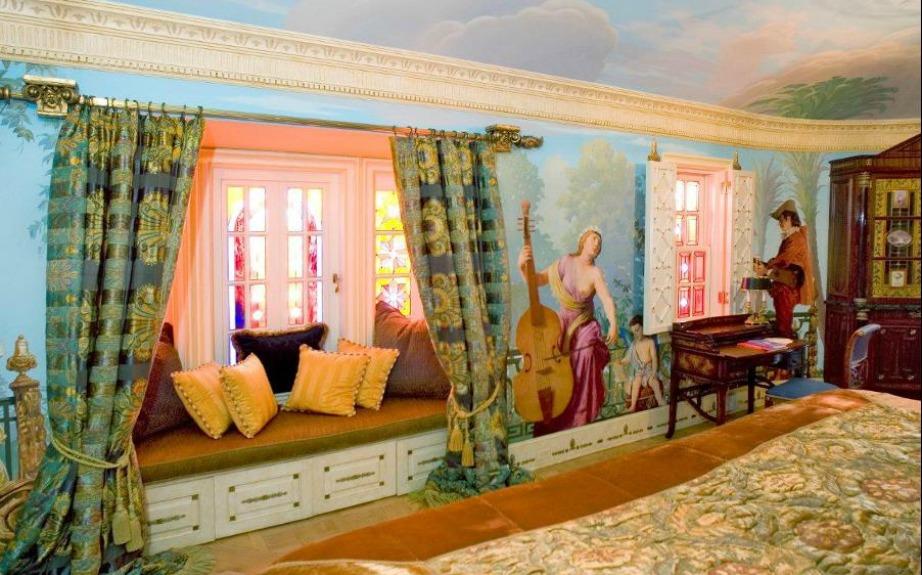 όλα τα υπνοδωμάτια διαθέτουν μοναδικές τοιχογραφίες