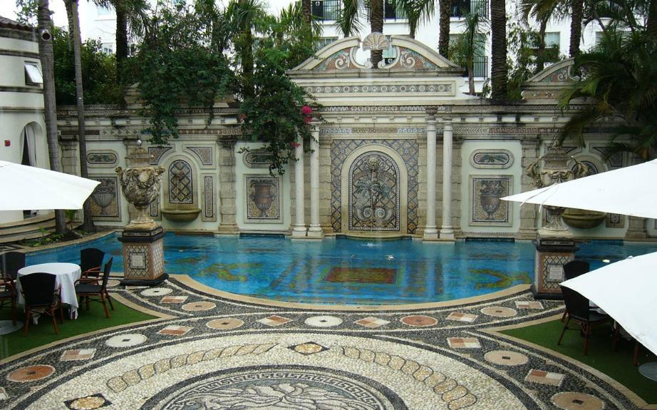 Η πισίνα έχει σχέδια από χρυσό 24 καρατίων