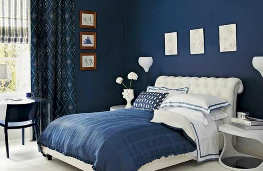 Βάλτε το μπλε μόνο σε έναν τοίχο και ενισχύστε τη διακόσμηση με μπλε σκεπάσματα και μαξιλάρια για το κρεβάτι σας