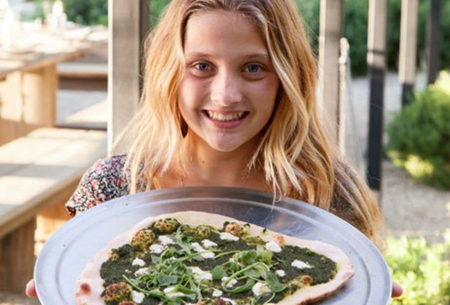 Η κόρη του ηθοποιού μας δείχνει μια ζεστή πίτσα που μόλις βγήκε από τον υπαίθριο φούρνο του σπιτιού