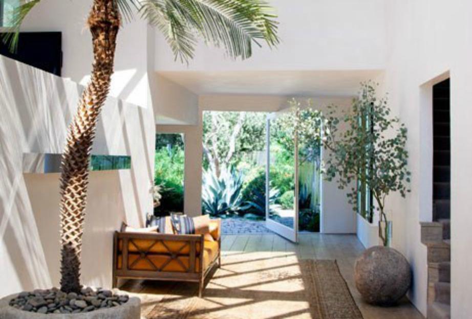 Προχωρώντας λίγο στο εσωτερικό του σπιτιού συναντάμε έναν vintage καναπέ και όμορφα φυτά