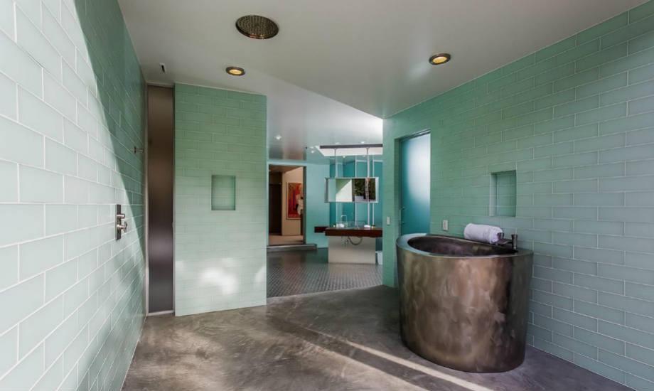Στo μπάνιο του μάστερ υπνοδωματίου κυριαρχεί το πράσινο χρώμα.