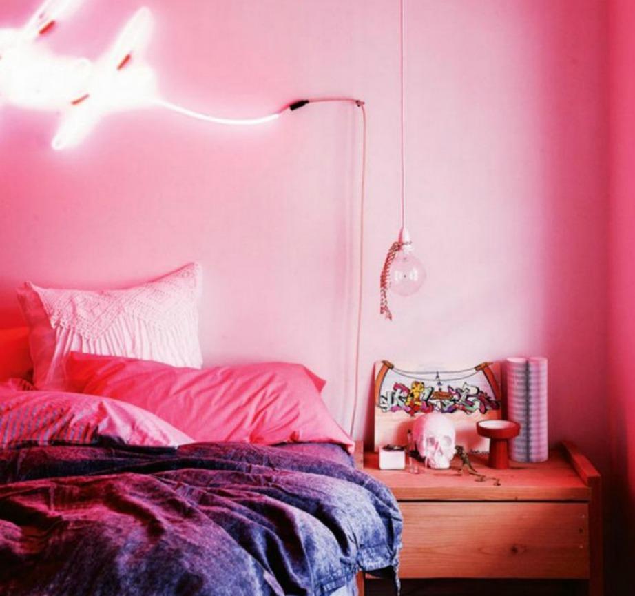 Σε αυτό το υπνοδωμάτιο έχει τοποθετηθεί neon φωτισμός και γι'αυτό η υπόλοιπη διακόσμηση έχει παραμείνει μίνιμαλ.