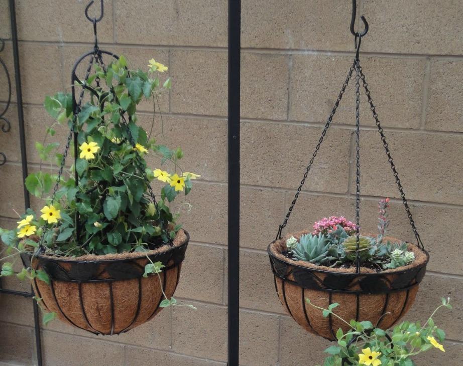 Προσθέστε στο μπαλκόνι όμορφα καλάθια με λουλούδια και φυτά.