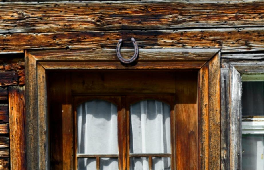 Το πέταλο στην πόρτα προστατεύει την τύχη σας