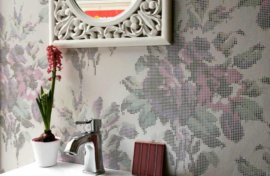 Μια μοντέρνα φλοράλ ταπετσαρία θα φέρει αέρα ανανέωσης στο μπάνιο σας.
