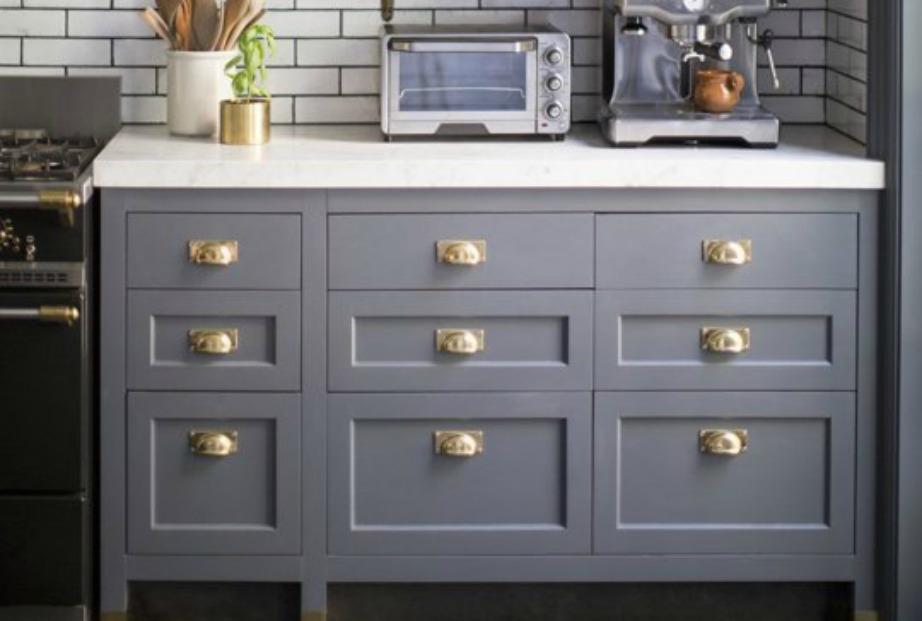 Αν δεν θέλετε να κάνετε όλη την κουζίνα σας γρκι, τότε μπορείτε απλά να τη διακοσμήσετε με ένα γκρι έπιπλο με χρυσά χερούλια