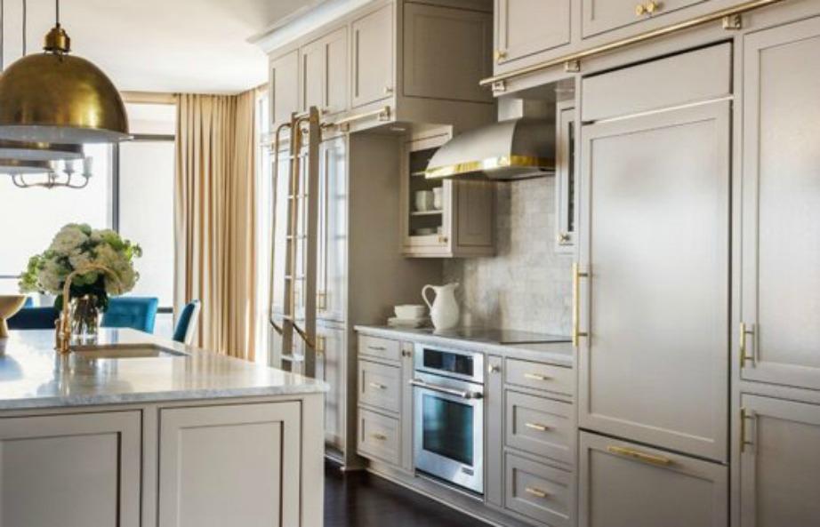 Μια κουζίνα σε total γκρι απόχρωση δείχνει φανταστική, ειδικά αν το γκρι είναι παλ και διακοσμηθεί με χρυσές λεπτομέρειες
