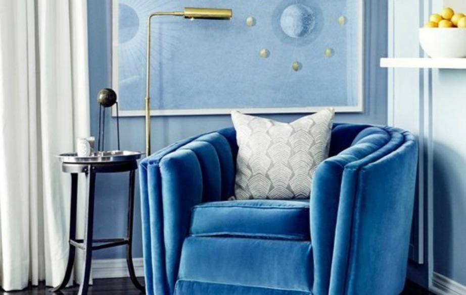 Στο σαλόνι η Jessica Alba συνδύασε το μπλε με ένα μαύρο τραπεζάκι που δίνει σοφιστικέ στιλ στον χώρο