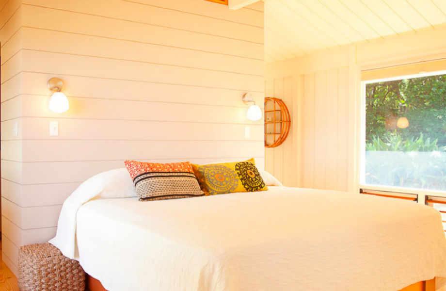 Το λευκό ξύλο παίζει πρωταγωνιστικό ρόλο στα υπνοδωμάτια του σπιτιού.