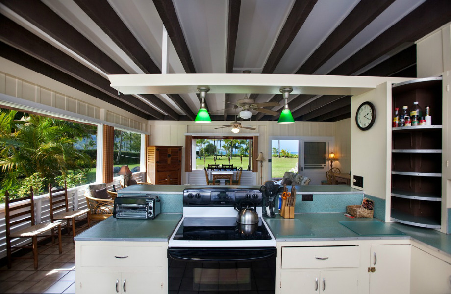 H ευρύχωρη κουζίνα έχει μεγάλα παράθυρα και συνδέεται με το μικρό καθιστικό του σπιτιού.