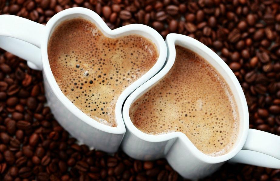 Δύο φλιτζάνια σε σχήμα καρδιάς είναι θα μπορούσαν να είναι ένα ωραίο δώρο για εσάς και τον/την αγαπημένο/η σας