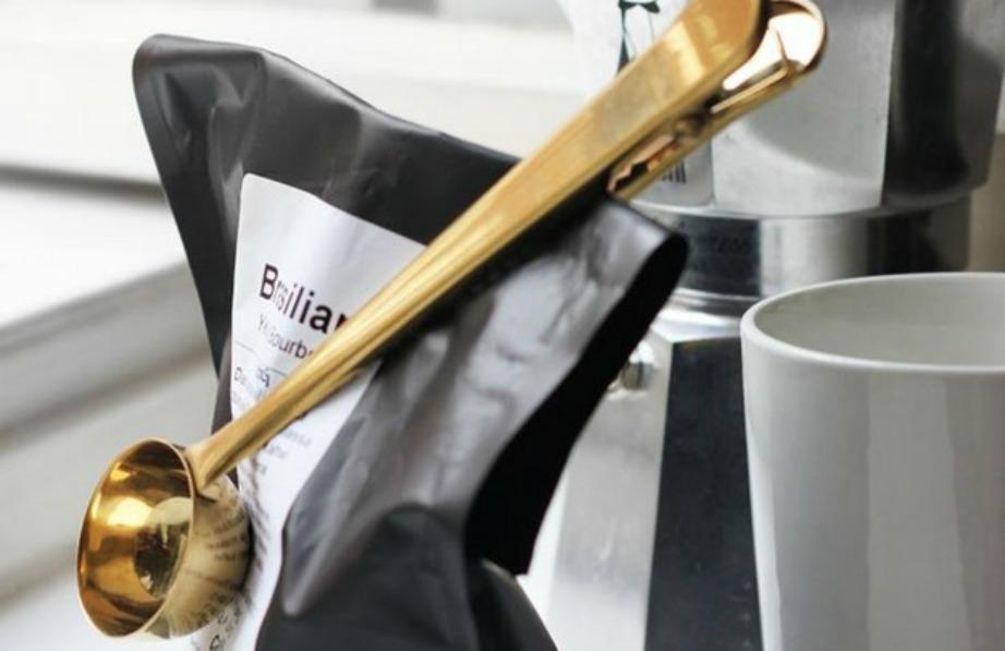 Κρατήστε τις σακούλες του καφέ κλειστές με αυτόν τον όμορφο μετρητή καφέ.