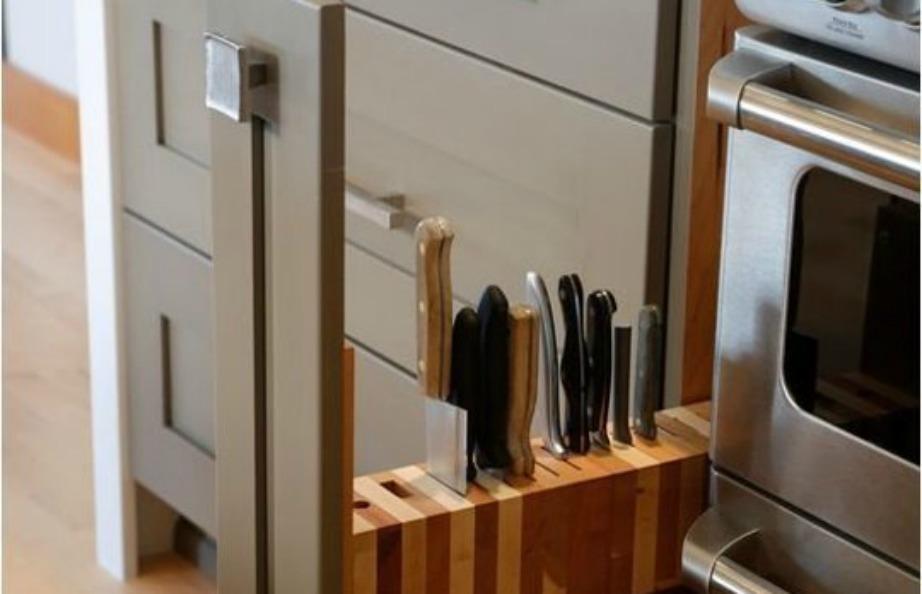 Στον χώρο ανάμεσα στην ηλεκτρική κουζίνα και στα ντουλάπια προσθέστε ένα κάθετο ράφι για τα μαχαίρια σας