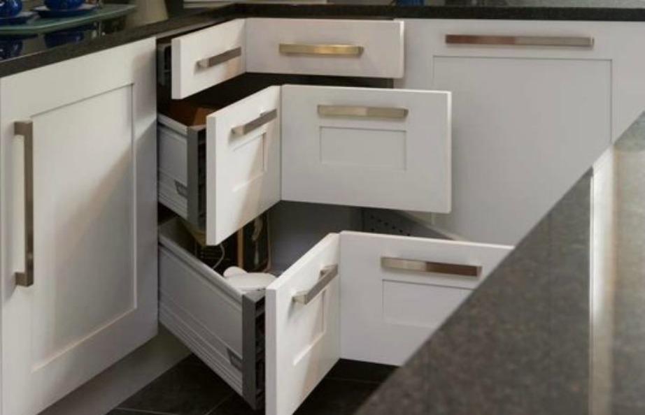 Εκμεταλλευτείτε κάθε χώρο της κουζίνας βάζοντας τα κατάλληλα ράφια και συρτάρια