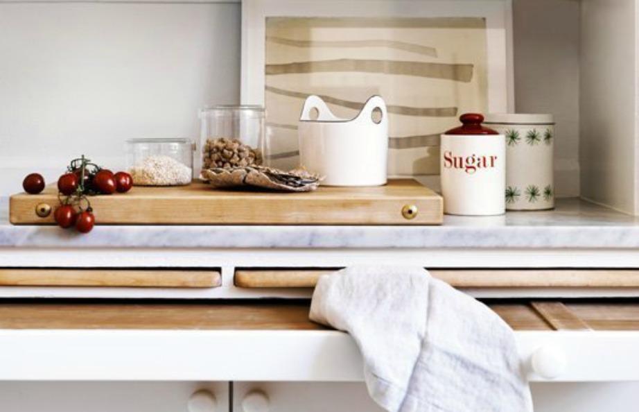 Βάλτε πάγκους και πίανκες κοπής μέσα στα ντουλάπια σας για να γλυτώσετε χώρο
