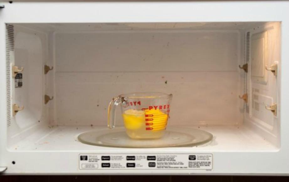 Βάζοντας σε ένα μπολ χυμο λεμονιού μέσα στο φούρνο μικροκυμάτων, όλοι οι λεκέδες θα καθαριστούν μετά πολύ εύκολα