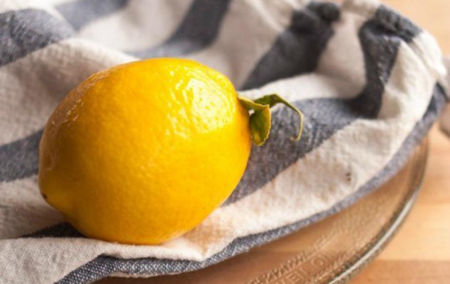 Το λεμόνι μπορεί να απολυμάνει σχεδόν όλες τις επιφάνειες μέσα στην κουζίνα σας
