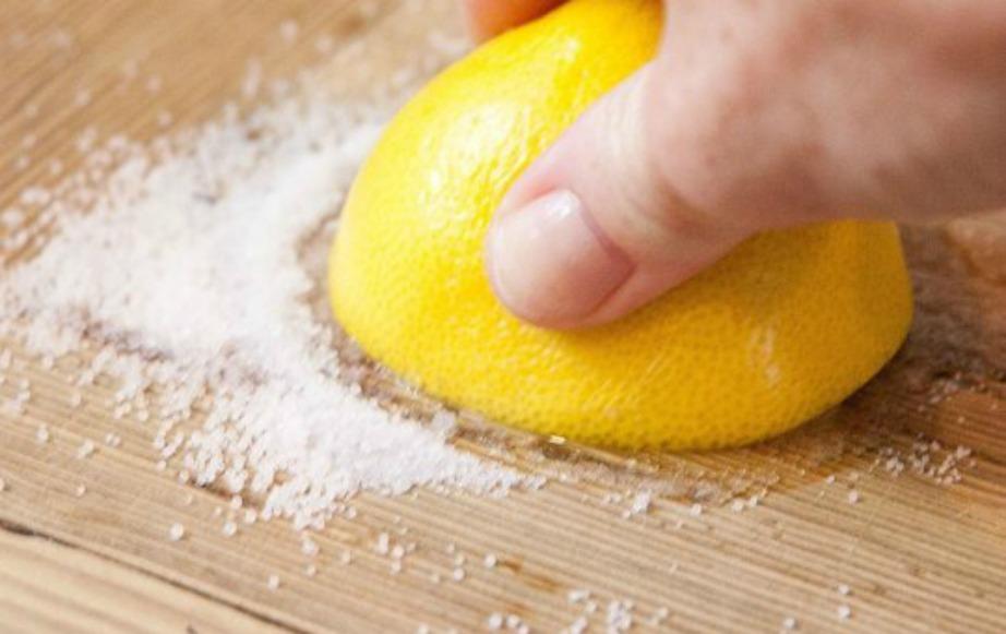 Τρίψτε τους δίσκους κοπής με λεμόνι και ζάχαρη
