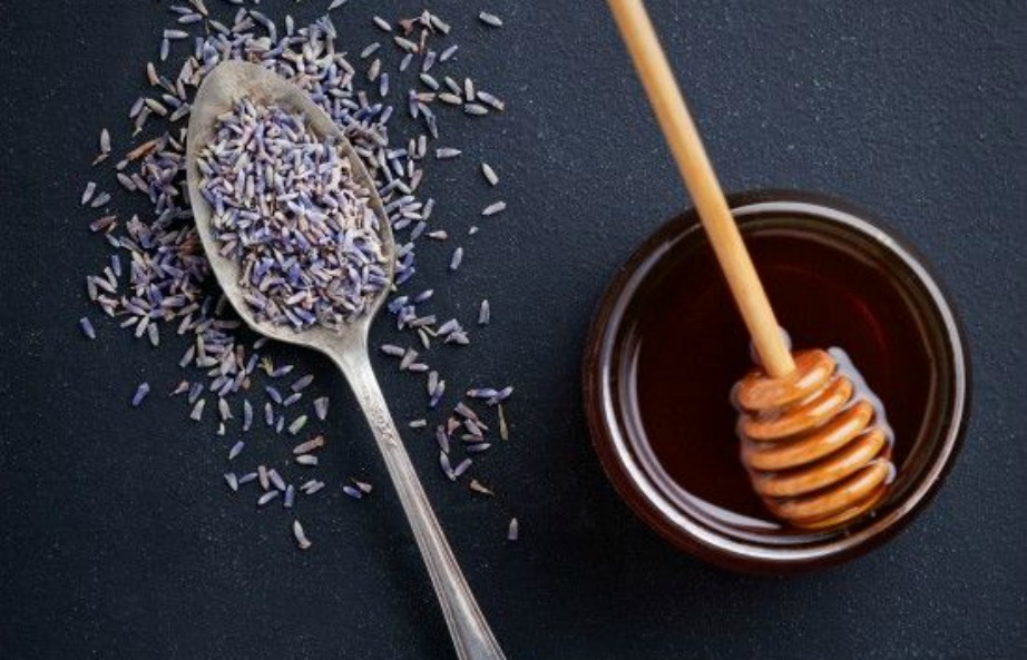 Ανακατέψτε μέλι με λεβάντα και φτιάξτε ένα θρεπτικό σιρόπι για τα crostini σας