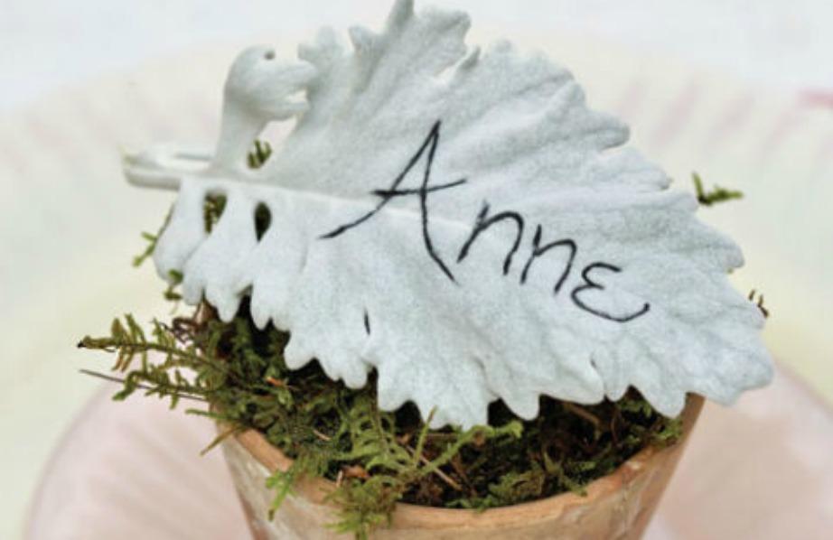 Διακοσμήστε το τραπέζι σας βάζοντας μπροστά από το πιάτο του κάθε καλεσμένου ένα φύλλο με το όνομά του