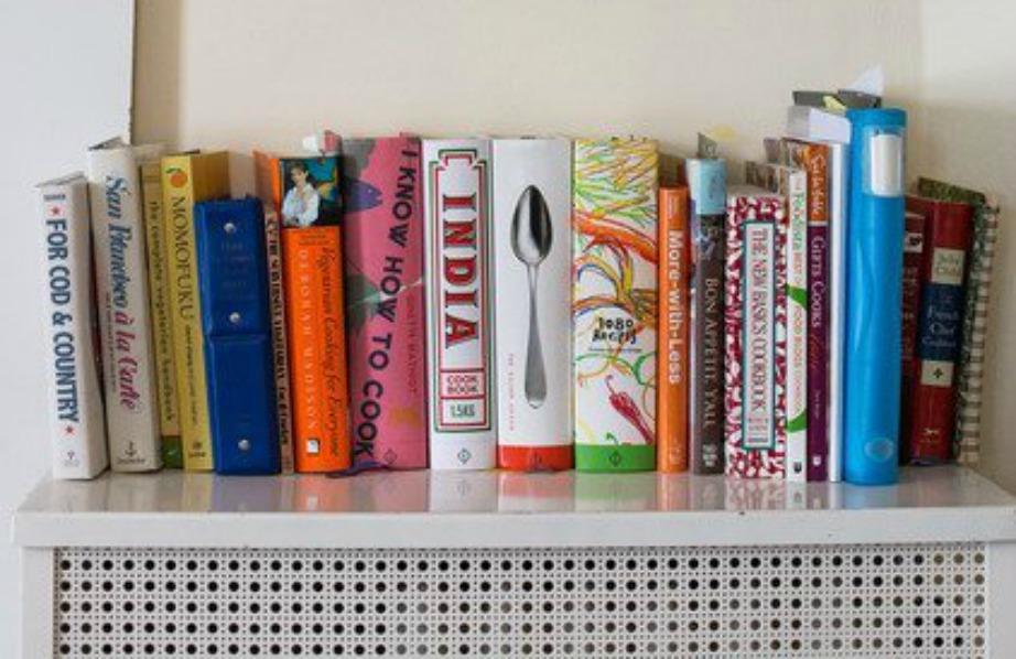 Μπορείτε να τοποθετήσετε όμορφα τα βιβλία σας πάνω στον πάγκο της κουζίνας ή στο τραπέζι. Προσέξτε όμως να μην βάλετε πολλά βιβλία γιατί θα μαζευτεί σκόνη