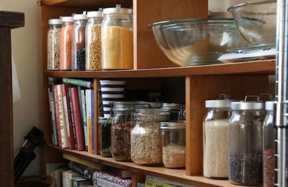 Τοποθετήστε ένα έξτρα έπιπλο στην κουζίνα ή στο χολ και βάλτε εκεί τα βιβλία σας αλλά και τα μπαχαρικά σας