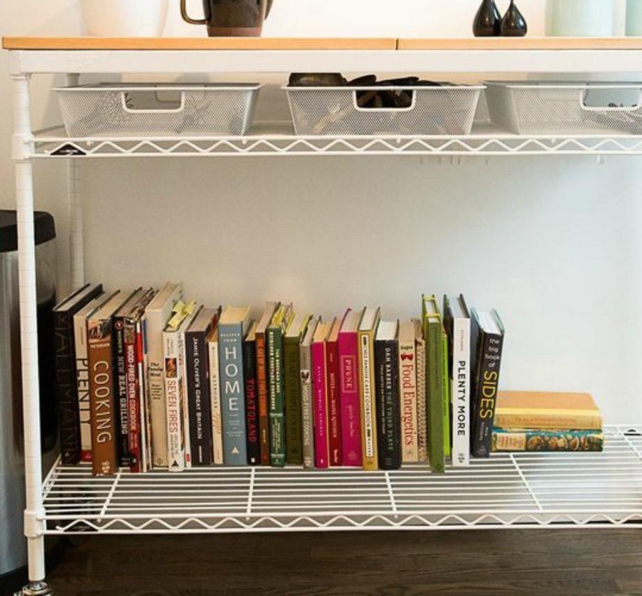 Υπάρχουν τραπεζάκια που μπαίνουν κάτω από το τραπέζι της κουζίνας και λειτουργούν ως αποθηκευτικοί χώροι για τα βιβλία μαγειρικής ή άλλα κουζινικά είδη