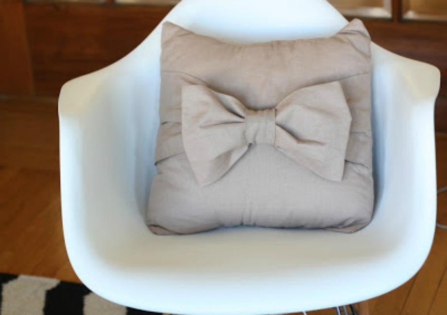 Φτιάξτε όμορφους φιόγκους στα μαξιλαράκια σας, ράβοντας απλές λωρίδες υφάσματος πάνω στο μαξιλάρι