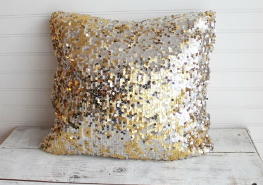 Χρησιμοποιώντας παλιές φούστες και φορέματα φτιάξτε μαξιλάρια από μεταλλιζέ υλικά
