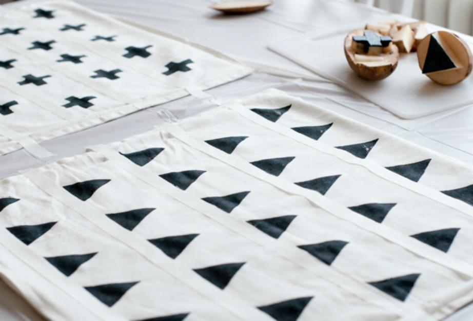Με μια πατάτα που θα κόψετε στο κατάλληλο σχήμα μπορείτε να φτιάξετε όμορφα σχέδια στα μαξιλάρια σας