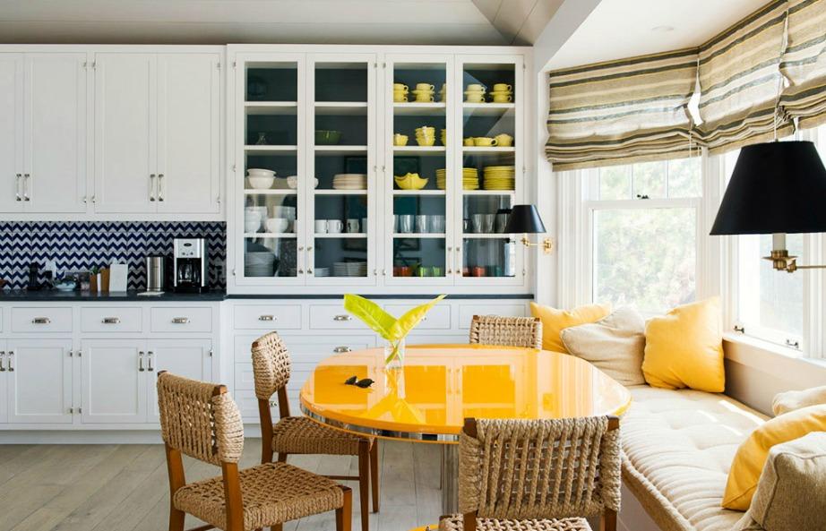 Μια καναρινί τραπεζαρία μέσα στην κουζίνα θα δώσει χρώμα και ζωντάνια στον χώρο. Επίσης, η χρήση χρώματος κάνει έναν χώρο να φαίνεται πιο μοντέρνος