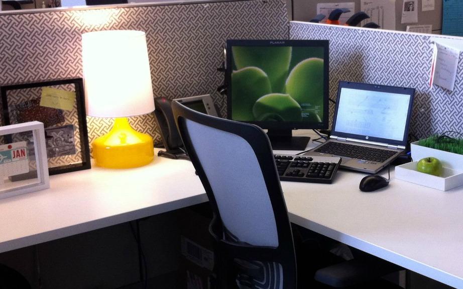 Μια λάμπα με neon βάση θα δείχνει υπέροχη πάνω στο γραφείο σας